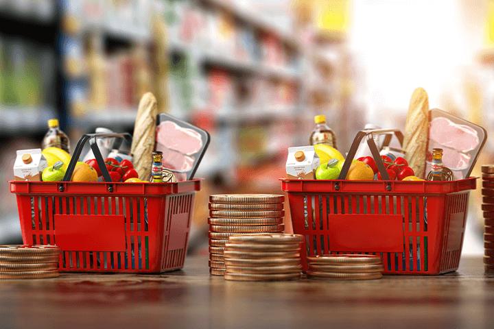 Cesta de supermercado com moedas no período de inflação. Investimentos atrelados à inflação.