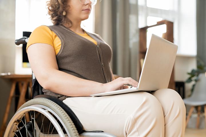 RDB: Mulher cadeirante mexendo no notebook.