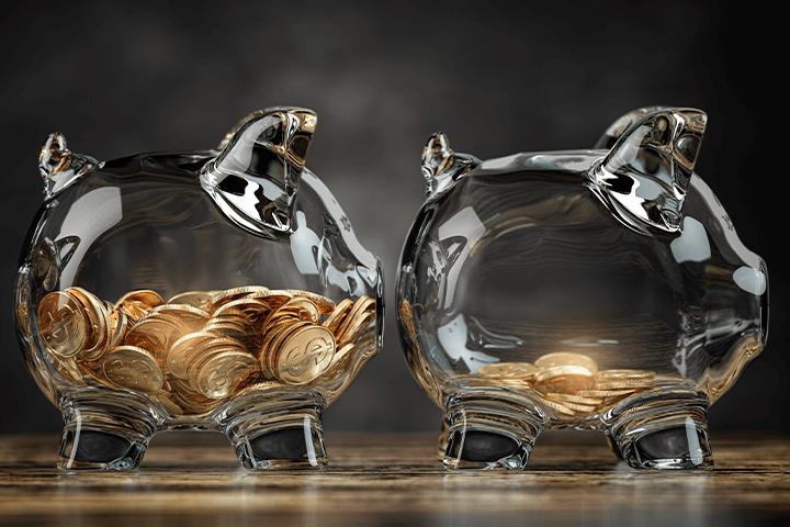 Cofrinho de vidro transparente em formato de porco com moedas acabando por causa da inflação. Investimentos atrelados à inflação